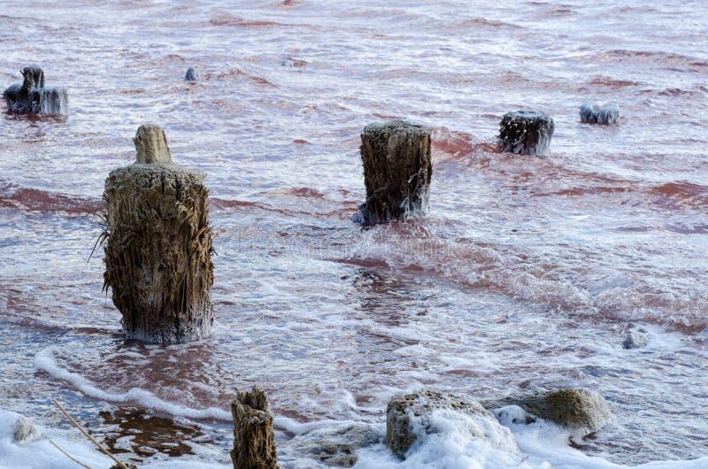 Salt See Wolken auf einem Hintergrund des roten Wassers stockfoto