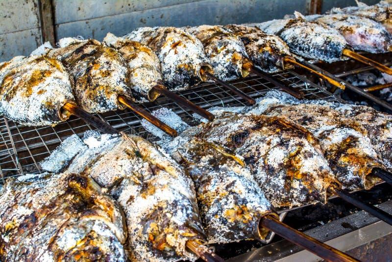 Salt-täckt med en skorpa grillad fisk arkivbild