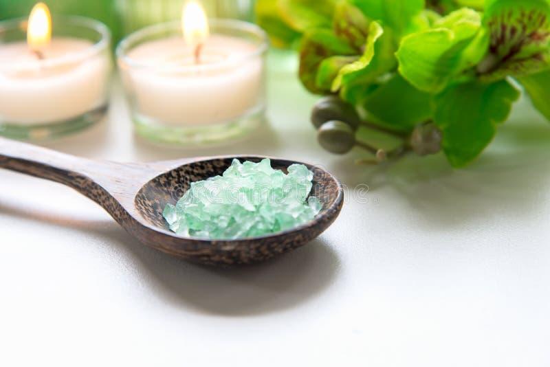 Salt thailändsk terapi för Spa behandlingarom och naturgräsplansocker skurar och vaggar massage med den gröna orkidéblomman på tr royaltyfria bilder