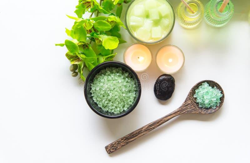 Salt thailändsk terapi för Spa behandlingarom och naturgräsplansocker skurar och vaggar massage med den gröna orkidéblomman på tr arkivbild