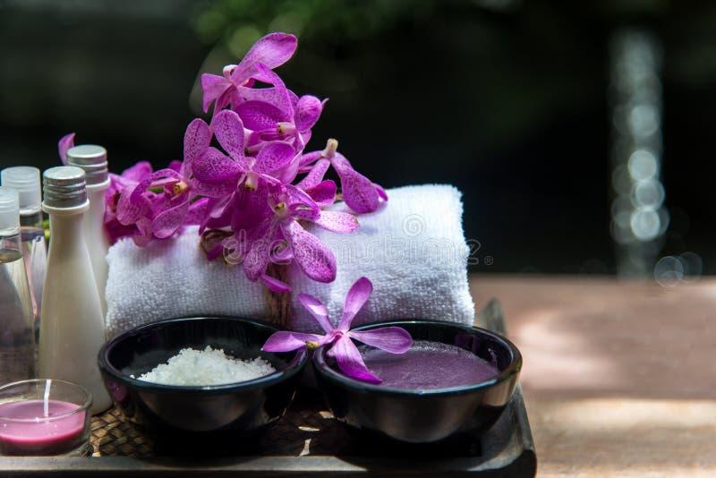 Salt thailändsk terapi för Spa behandlingarom och socker skurar och vaggar massage med orkidéblomman på trävit royaltyfri fotografi