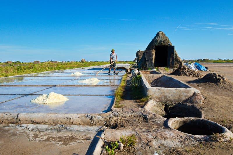 Salta arbetare som arbetar på, saltar fält Detta van vid läge är det störst saltar produktionplatsen i nordliga Vietnam men nu nä royaltyfria foton