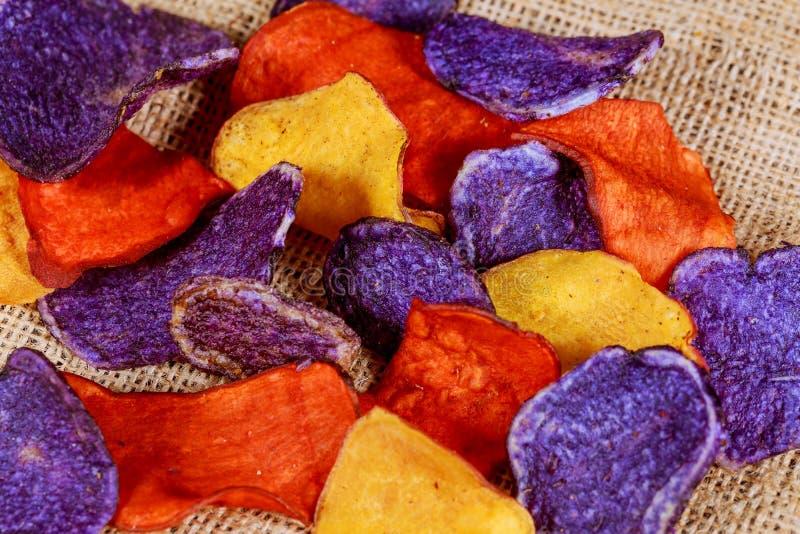 Salta chiper för beta och för morot i en gammal blåttplatta royaltyfri bild