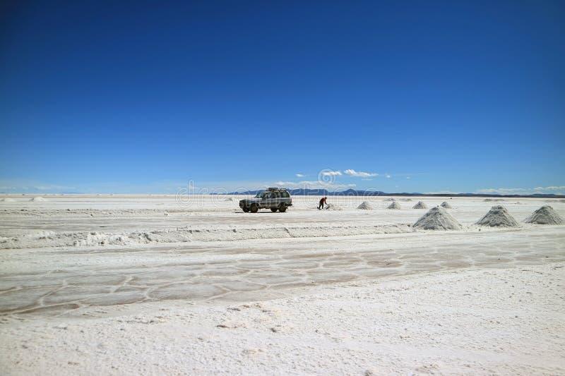 Salta gruvarbetaren som utdragning saltar på Uyuni saltar lägenheter eller El Salar de Uyuni i den Potosi avdelningen, Bolivia, S royaltyfri bild
