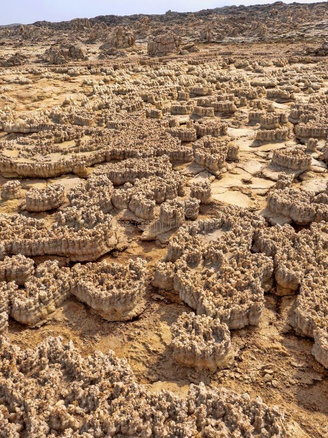 Salta kristaller i den Danakil fördjupningen för att skapa en oerhörd variation av färger ethiopia arkivbild