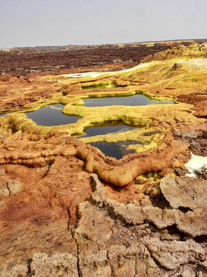Salta kristaller i den Danakil fördjupningen för att skapa en oerhörd variation av färger ethiopia arkivfoto