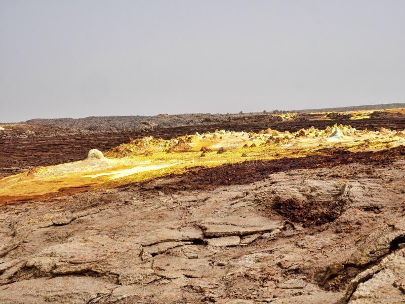 Salta kristaller i den Danakil fördjupningen för att skapa en oerhörd variation av färger ethiopia arkivbilder