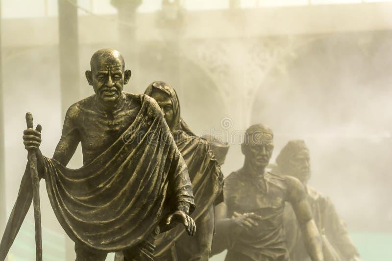Salta mars eller den Dandi mars som ledas av Gandhi på dimmig bakgrund royaltyfria bilder
