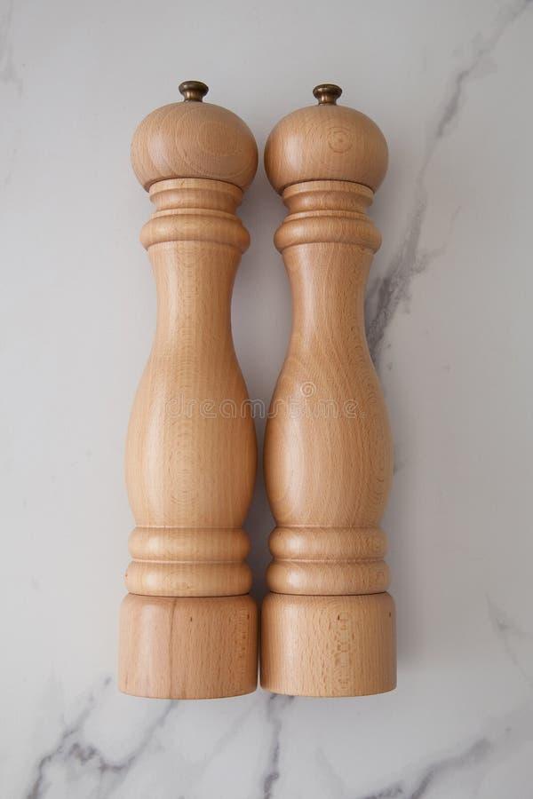 Salta och pepparshaker som är trä royaltyfria bilder