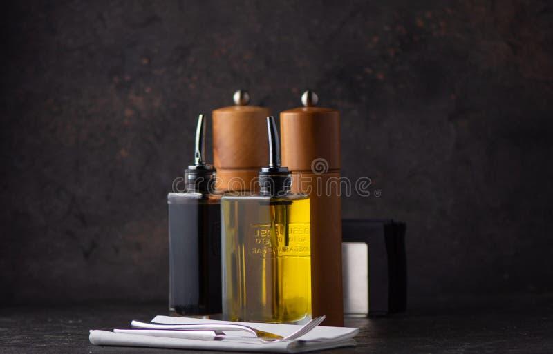 Salta och peppra, olja och balsamic vinäger arkivfoton