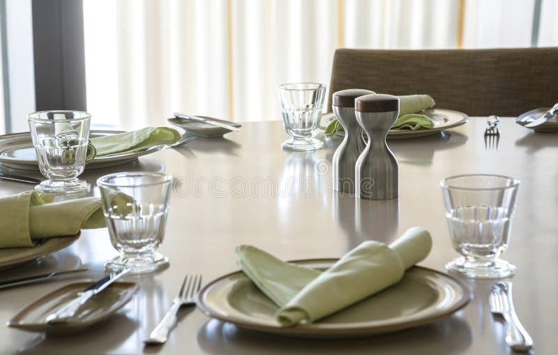 Salta och peppra uppsättningen på den äta middag tabellen royaltyfri bild