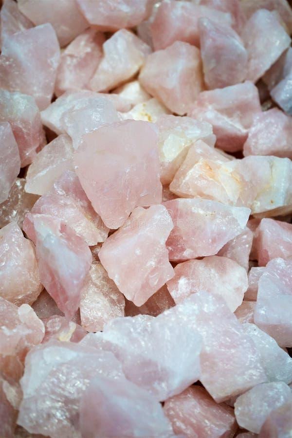 Salta stenen vaggar naturliga kristallrosa färger royaltyfri bild