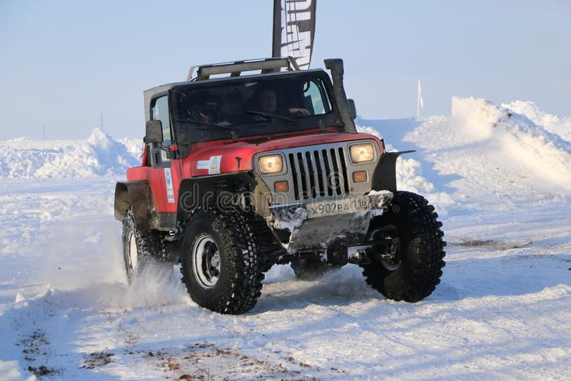 SALTAC-KOREM, RUSSIA-FEBRUARY 11日2018年:冬天车展吉普-冰揉2018年 驾驶越野修改过的吉普-巨型卡车 库存照片