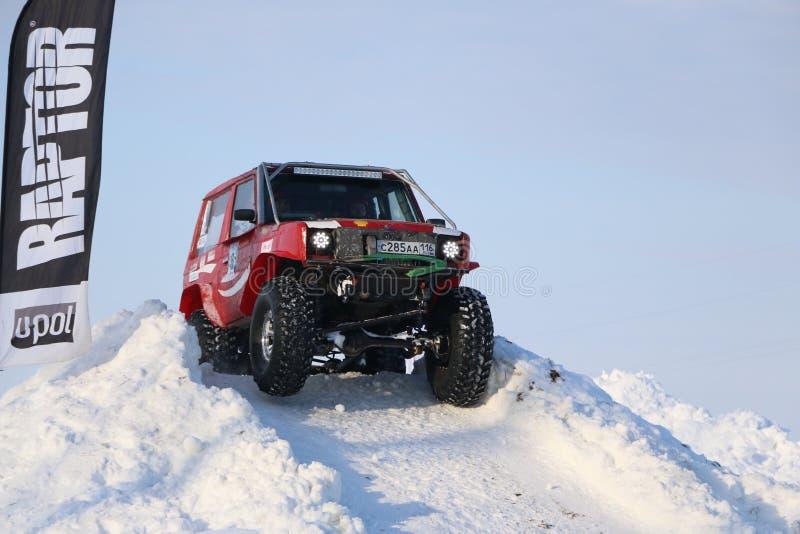 SALTAC-KOREM, RUSIA 11 DE FEBRERO DE 2018: Jeeps del salón del automóvil del invierno - hielo que amasa 2018 conduciendo el jeep  imagen de archivo libre de regalías