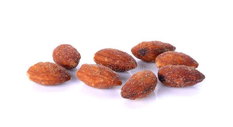 Saltade och grillade mandlar på vit bakgrund arkivfoton