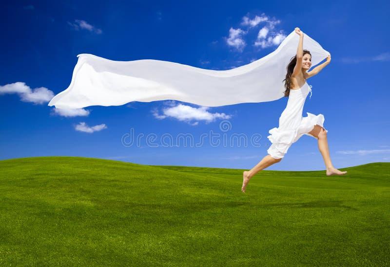 Saltando con un tessuto bianco fotografia stock libera da diritti
