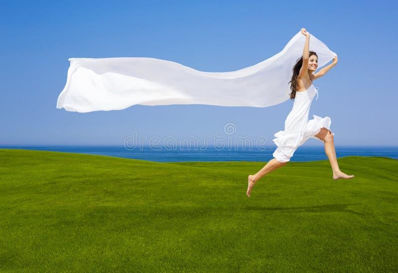 Saltando con un tessuto bianco fotografia stock