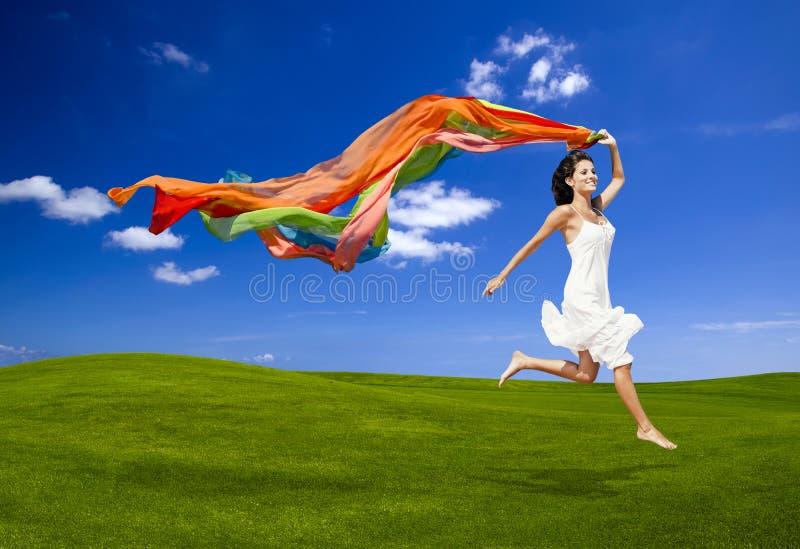 Saltando con un tessuto colorato fotografie stock