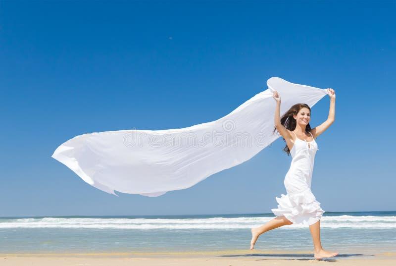 Saltando con una sciarpa bianca fotografia stock libera da diritti
