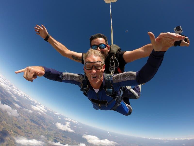 Saltando em queda livre a felicidade em tandem foto de stock