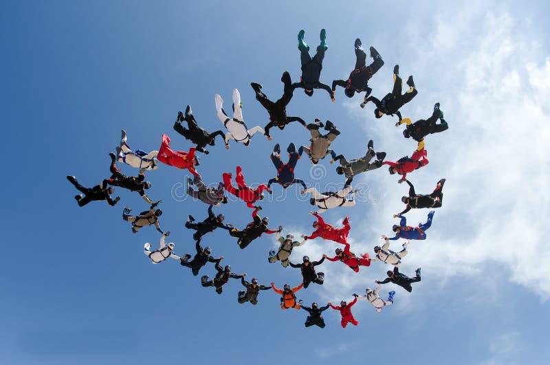 Saltando em queda livre a formação grande do grupo de pessoas imagem de stock royalty free
