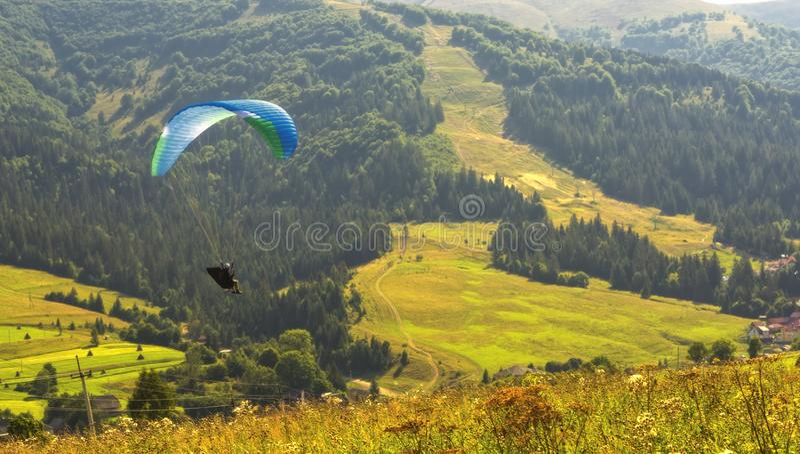 Saltando em queda livre no montanhas carpathians fotografia de stock royalty free