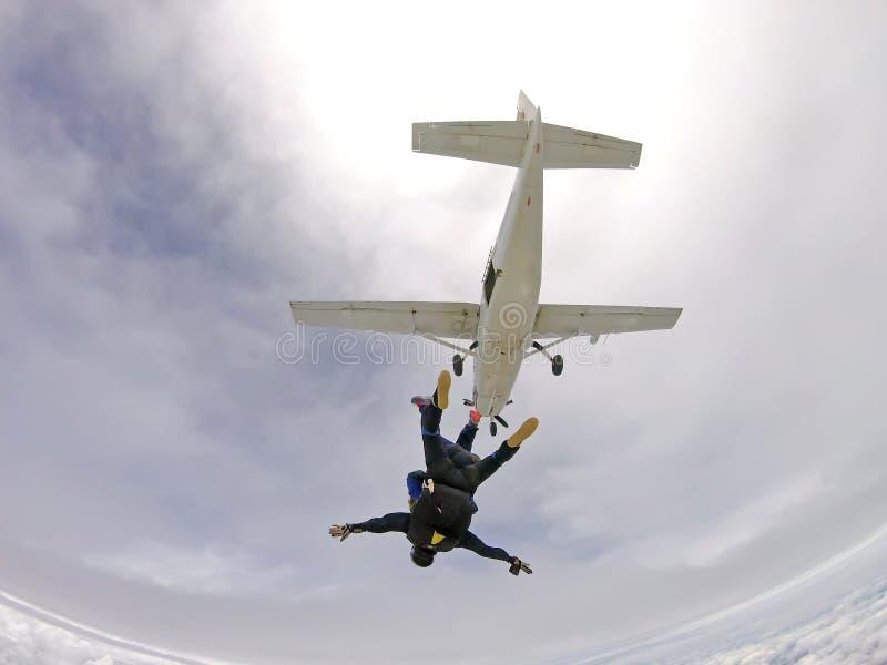 Saltando em queda livre o dia em tandem da nuvem imagens de stock royalty free