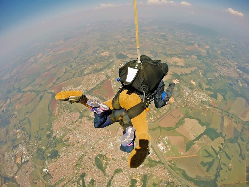 Saltando em queda livre o tandem com roupa ocasional imagem de stock