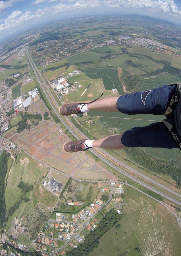 Saltando en caída libre el punto de vista de mis zapatos desatados imágenes de archivo libres de regalías