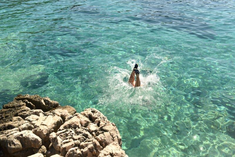 Saltando na água, divertimento do verão no mar fotografia de stock