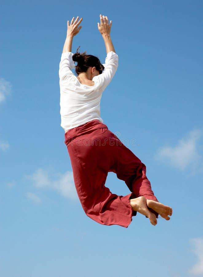 Saltando per la gioia fotografia stock
