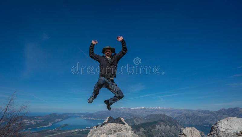 Saltando su dalla roccia fotografia stock