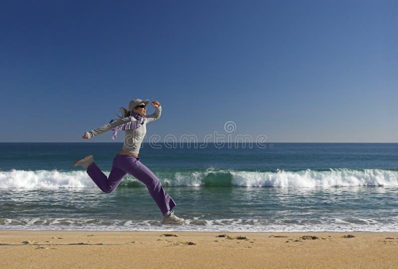 Saltando sulla spiaggia immagini stock libere da diritti