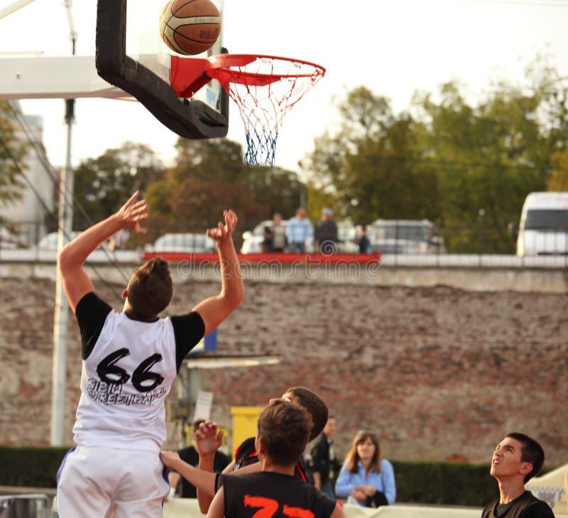 Saltando y lanzando el baloncesto imagen de archivo