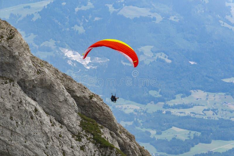 Saltar em queda livre - esporte do paraquedas nos cumes fotografia de stock