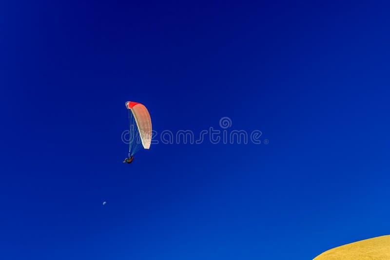 Saltar em queda livre na praia de Willunga do porto fotografia de stock royalty free
