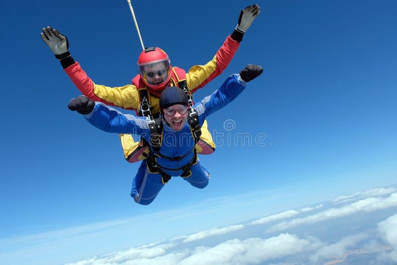 Saltar em queda livre em tandem Dois homens fortes estão no céu fotografia de stock