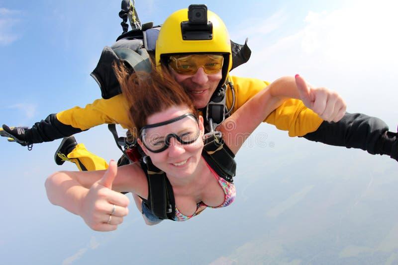 Saltar em queda livre em tandem Um girland bonito seu instrutor fotografia de stock royalty free