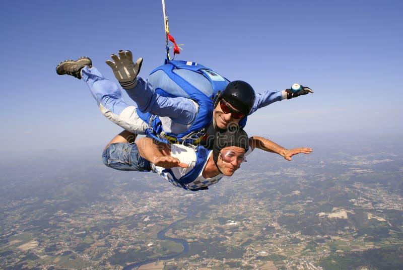 Saltar en caída libre el padre y al hijo en tándem fotos de archivo
