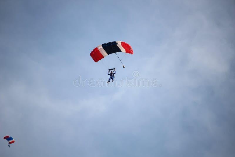 Saltar en caída libre la demostración en el día nacional del ` s de los niños fotos de archivo libres de regalías