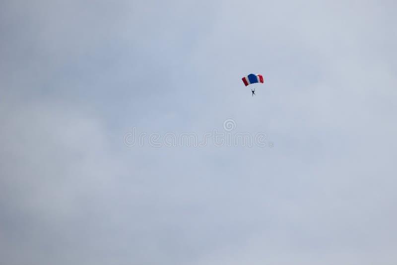 Saltar en caída libre la demostración en el día nacional del ` s de los niños imagen de archivo