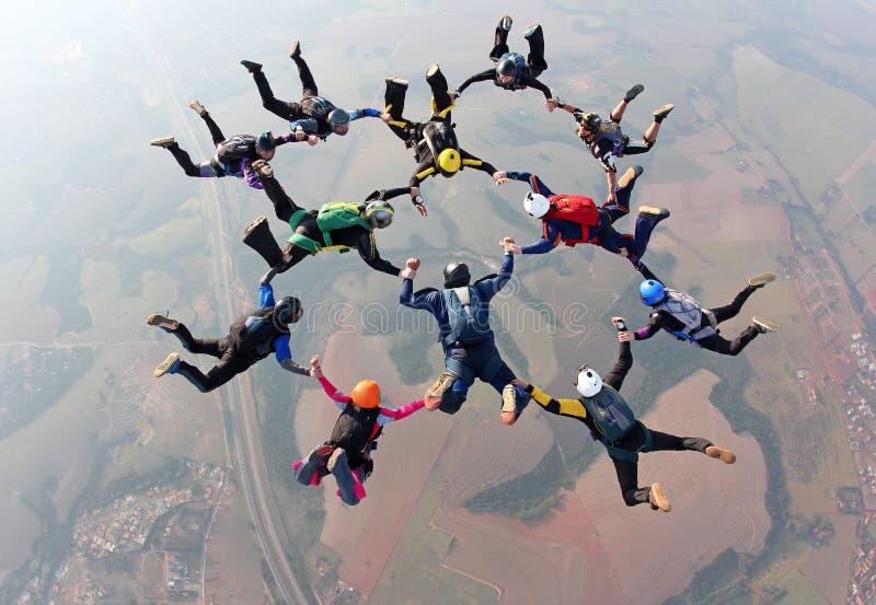 Saltar en caída libre la realización ilustración del vector
