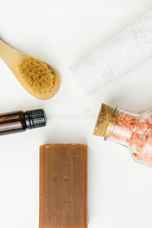 Saltar rosa himalayan för handgjord för hantverkarekoltjära borste för tvål den nödvändiga olje- handduken på vit marmorerar sten fotografering för bildbyråer