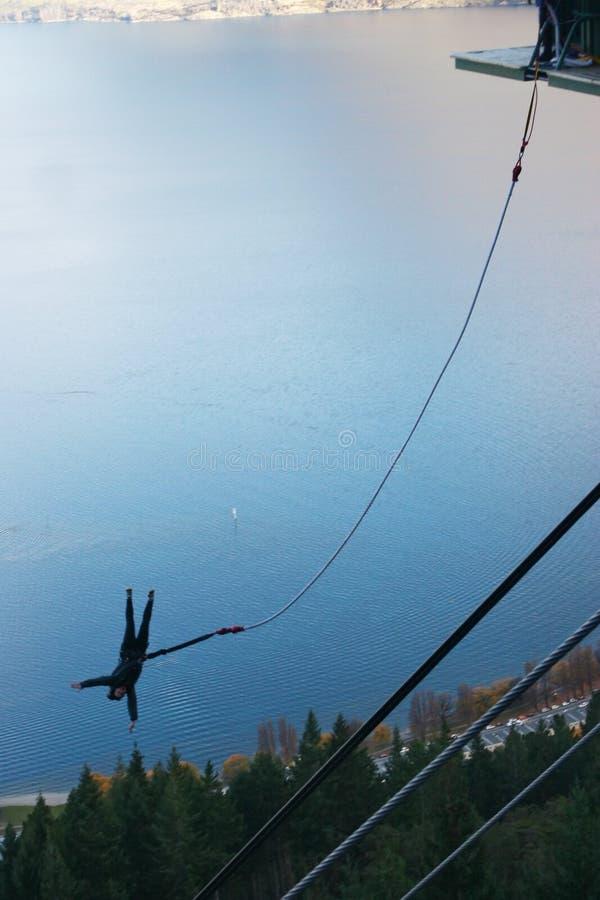 Saltatore bungy di stile libero con la vista strabiliante del lago fotografie stock