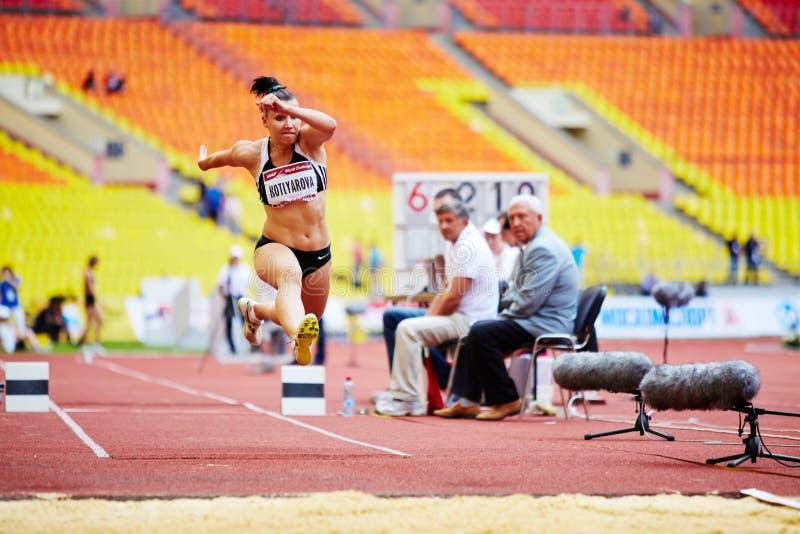 Saltatore femminile nel posto di salto in lungo immagini stock libere da diritti