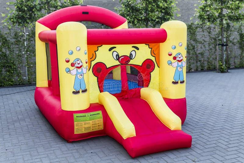 Saltatore rimbalzante gonfiabile con la decorazione rossa e gialla del pagliaccio fotografia stock