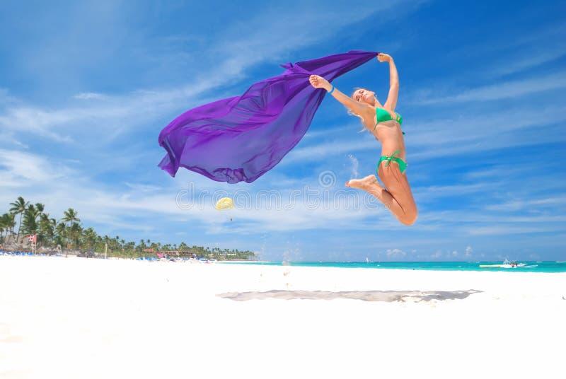 Salte con el sarong foto de archivo libre de regalías