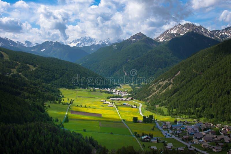 Salte en las alturas de las montañas en Francia imagen de archivo