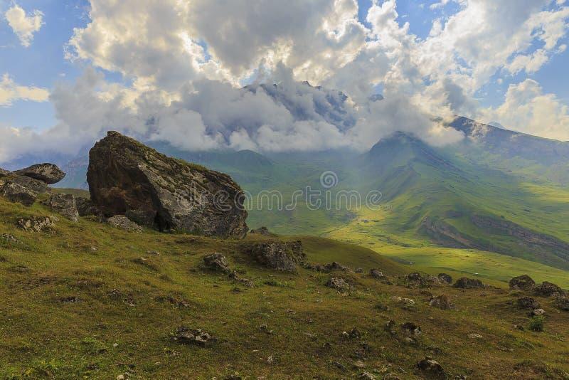 Salte las rocas en el parque nacional Shahdag (Azerbaijan) de las montañas fotos de archivo libres de regalías