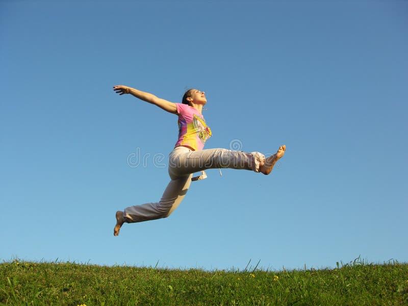 Salte a menina sob o céu foto de stock